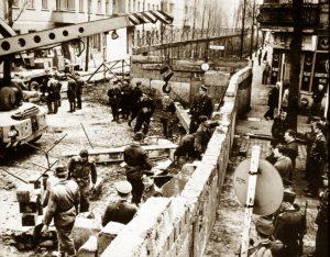 costruzione-muro-di-berlino