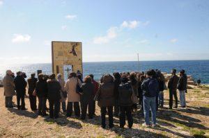 In occasione dei 150 anni dell'Unita' d'Italia, stamani 17 marzo 2011, il parroco di Lampedusa Stefano Nastasi e il suo vice Vincent Mwagala hanno scelto di celebrare la messa davanti la ''Porta di Lampedusa - Porta d'Europa'', il monumento dedicato ai migranti realizzato su un costone dell'isola. Alla messa hanno partecipato una cinquantina di lampedusani. ANSA/LANNINO-BUCCA
