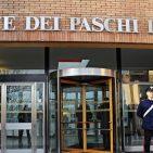 Carabinieri davanti alla sede della Banca Monte dei Paschi di Siena dove si tiene un'Assemblea straordinaria di Mps, Siena, 25 Gennaio 2013. ANSA/MAURIZIO DEGL INNOCENTI