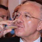Il neo governatore della Campania Vincenzo De Luca brinda durante l'incontro di ringraziamento agli elettori napoletani per l'elezione, alla Mostra d'Oltremare, Napoli, 5 giugno 2015. ANSA / CIRO FUSCO